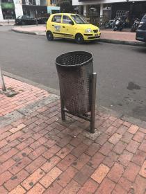 Caneca de basura en mal estado