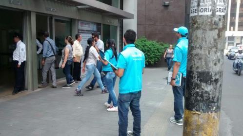 personas abordando a peatones ...
